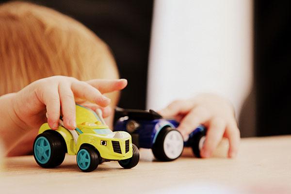 Как да научим детето да си играе самичко