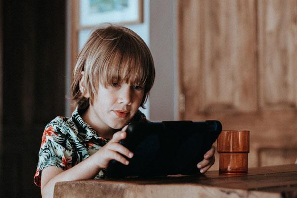 Децата и екрана: спазвайте правилото 3-6-9-12